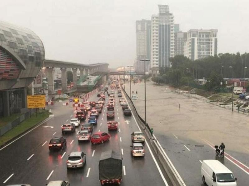 Image result for terperangkap dalam banjir kereta