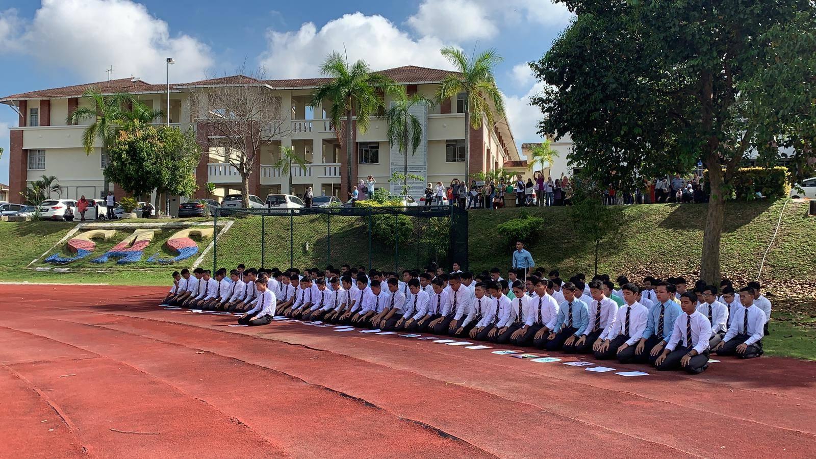Pelajar Sultan Alam Shah Putrajaya Sujud Syukur Di Padang Sekolah Selepas Dapat Keputusan Cemerlang Pt3 Remaja